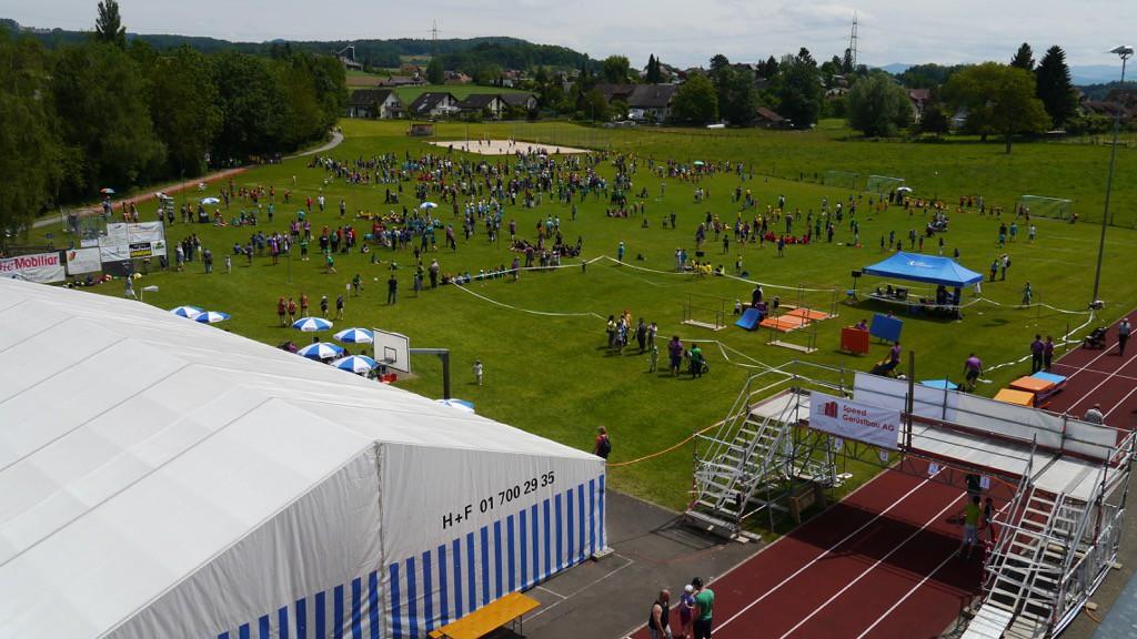 Ein Überblick über das Wettkampfgelände des Jugendsporttages in Obfelden.